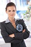 Überzeugte Geschäftsfrau, die im Büro steht Stockfoto