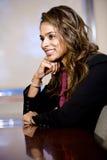 Überzeugte Geschäftsfrau, die im Sitzungssaal sitzt Lizenzfreies Stockfoto