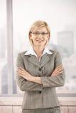 Überzeugte Geschäftsfrau im Büro stockfotos