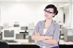 Überzeugte Geschäftsfrau im Büro Stockfotografie