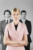 Überzeugte Geschäftsfrau With Male Colleagues im Hintergrund lizenzfreies stockfoto