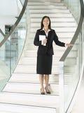 Überzeugte Geschäftsfrau Standing On Stairs Lizenzfreie Stockfotos
