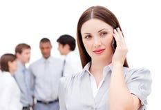 Überzeugte Geschäftsfrau am Telefon Stockbild