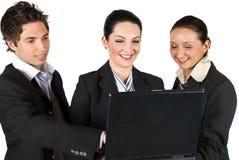 Überzeugte Geschäftsleute mit Laptop Stockfoto
