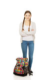 Überzeugte jugendlich Frau mit Rucksack lizenzfreie stockbilder