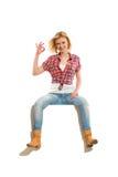 Überzeugte junge blonde Frau, die okayzeichen zeigt Stockfotografie