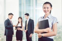 Überzeugte junge Geschäftsfrau lizenzfreie stockbilder