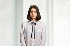 Überzeugte junge Geschäftsfrau stockfotografie