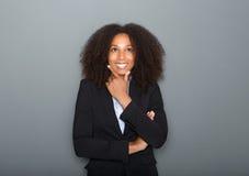 Überzeugte junge Geschäftsfrau, die auf grauem Hintergrund denkt Lizenzfreie Stockbilder