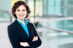 Überzeugte junge hübsche Geschäftsfrau Stockfotografie