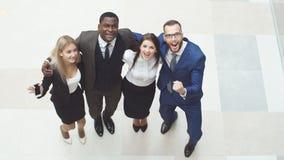 Überzeugte positive Geschäftsleute der Gruppe feiern den Sieg Stockbilder