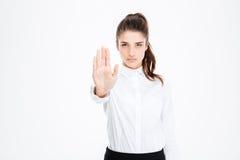 Überzeugte recht junge Geschäftsfraustellung und -vertretung stoppen Geste lizenzfreie stockfotografie
