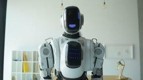 Überzeugte Robotermaschine, die in Richtung zur Kamera sich bewegt stock video