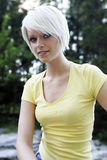 Überzeugte schlanke junge blonde Frau Stockfoto