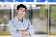 Ãœberzeugte Stellung des gut aussehenden Mannes im Campus lizenzfreie stockbilder