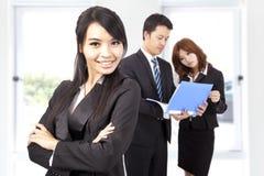 Überzeugte und lächelnde Geschäftsfrau Lizenzfreies Stockfoto