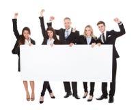 Überzeugte Wirtschaftler, die leere Fahne halten Lizenzfreie Stockbilder