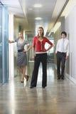 Überzeugte Wirtschaftler im Büro-Korridor Lizenzfreie Stockbilder