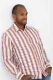 Überzeugter afroer-amerikanisch Kerl, der an der Wand aufwirft Lizenzfreie Stockbilder