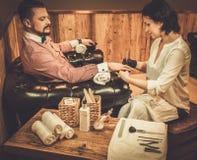 Überzeugter altmodischer Mann, der männliche Maniküre in einem Friseursalon tut lizenzfreie stockbilder