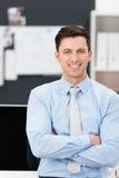 Überzeugter aufrichtiger junger Geschäftsmann Stockfoto