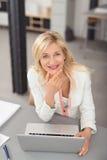Überzeugter Beitrag Büro-Damen-Leaning Against Indoor Stockbilder
