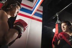 Überzeugter Boxer, der im Spiegel betrachtet und an seiner Position arbeitet lizenzfreies stockfoto