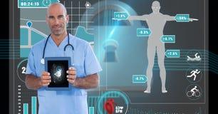 Überzeugter Chirurg, der ärztlichen Attest über Gerät mit menschlicher Figur auf Schirm im Hintergrund zeigt Stockbilder
