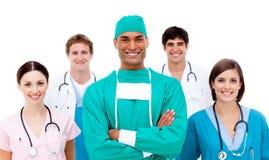 Überzeugter Chirurg mit seinem Team im Hintergrund Lizenzfreies Stockbild