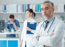 Überzeugter Doktor im Büro Stockfotografie