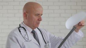 Überzeugter Doktor Image Reading Medical prüft in einem Krankenhaus-Klinik-Raum lizenzfreie stockbilder