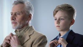 Überzeugter Enkel und sein Großvater, die Hemden, stilvolle Familie, Knabenalter knöpft stock video