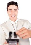 Überzeugter ethnischer Geschäftsmann, der ein Geschäft konsultiert Lizenzfreie Stockfotografie