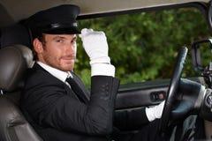 Überzeugter Fahrer im eleganten Automobil Stockbild