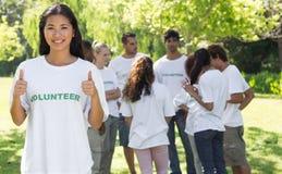 Überzeugter Freiwilliger, der oben Daumen gestikuliert Stockfotos