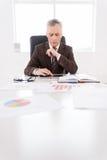 Überzeugter Geschäftsmann bei der Arbeit. Stockbild