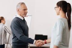 Überzeugter Geschäftsmann, der gegenüber von seinem Partner steht lizenzfreies stockfoto