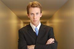 Überzeugter Geschäftsmann in der Halle lizenzfreie stockfotografie
