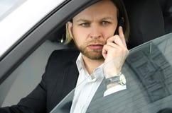 Überzeugter Geschäftsmann, der am Handy spricht und Aw schaut Lizenzfreie Stockfotografie