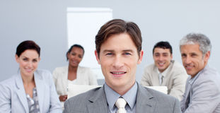 Überzeugter Geschäftsmann in einer Sitzung Lizenzfreie Stockfotos