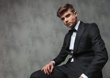 Überzeugter Geschäftsmann gekleidetes elegant sich Sitzentspannen lizenzfreie stockbilder