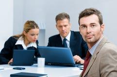 Überzeugter Geschäftsmann im Büro Stockfotos