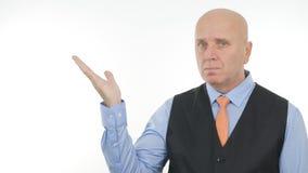 Überzeugter Geschäftsmann Image Presenting eine eingebildete Sache mit Handzeichen lizenzfreie stockfotos