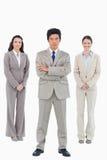 Überzeugter Geschäftsmann mit seinem Team hinter ihm Lizenzfreie Stockbilder