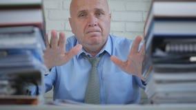 Überzeugter Geschäftsmann Presenting His Work in erklärendem Archiv-Raum lizenzfreie stockfotos