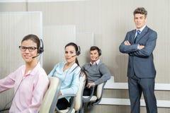 Überzeugter Geschäftsmann Standing By Team In Call Stockfotos