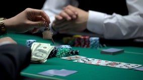 Überzeugter Geschäftsmannpokerspieler, der alles Eigentum im riskanten Spiel, spielend wettet stockbild