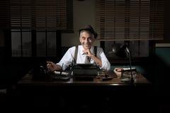 Überzeugter Journalist, der spät nachts arbeitet Lizenzfreies Stockbild