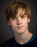 Überzeugter jugendlicher blonder junger Mann im Studio Stockbilder