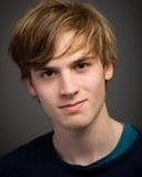 Überzeugter jugendlicher blonder junger Mann im Studio Lizenzfreie Stockfotografie